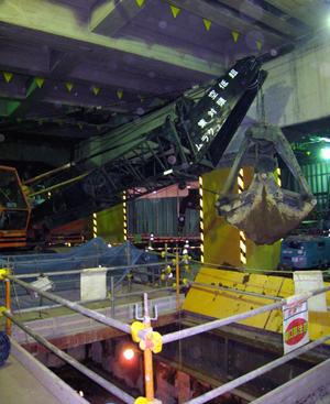 南新宿地下歩道作業所 低空頭クラムによる掘削の画像